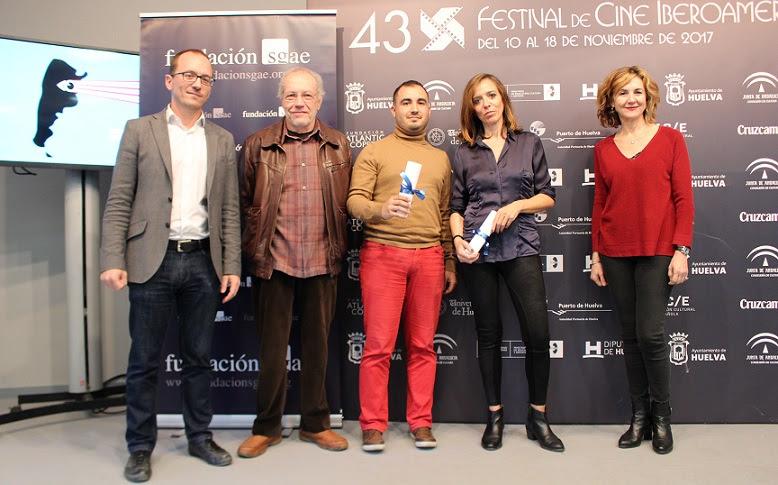 En la imagen, desde la izq., Manuel H. Martín, director del certamen de cine onubense,el consejero andaluz de la SGAE Antonio Gonzalo, los cineastas ganadores Antonio Cuesta y Ana M. Ruiz, y la actriz Teresa Arbolí (miembro del jurado), ayer, tras la lectura del fallo.