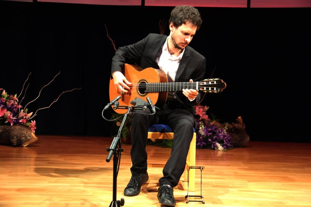 Guitarrista cubano Josué Fonseca cerro la sesión y accede a la semifinal Andrés Segovia de La Herradura 18