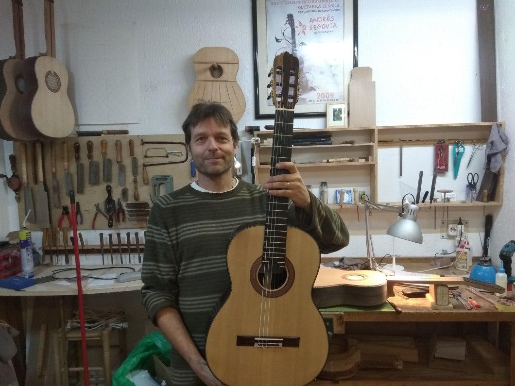 Lutier de La Herradura Stephen Hill muestra la guitarra que dona al Segundo Premio del Certamen Andrés Segovia 18.