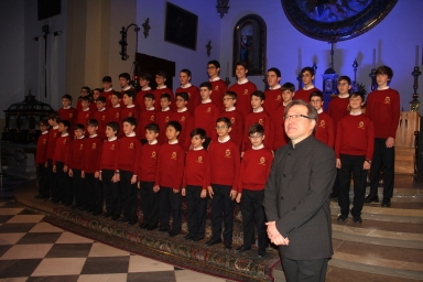 Director del Coro Escolania Monasterio Escorial agradecen los aplausos del público en Almuñécar.