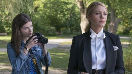 Anna Kendric y Blake Lively protagonizan un pequeño favor
